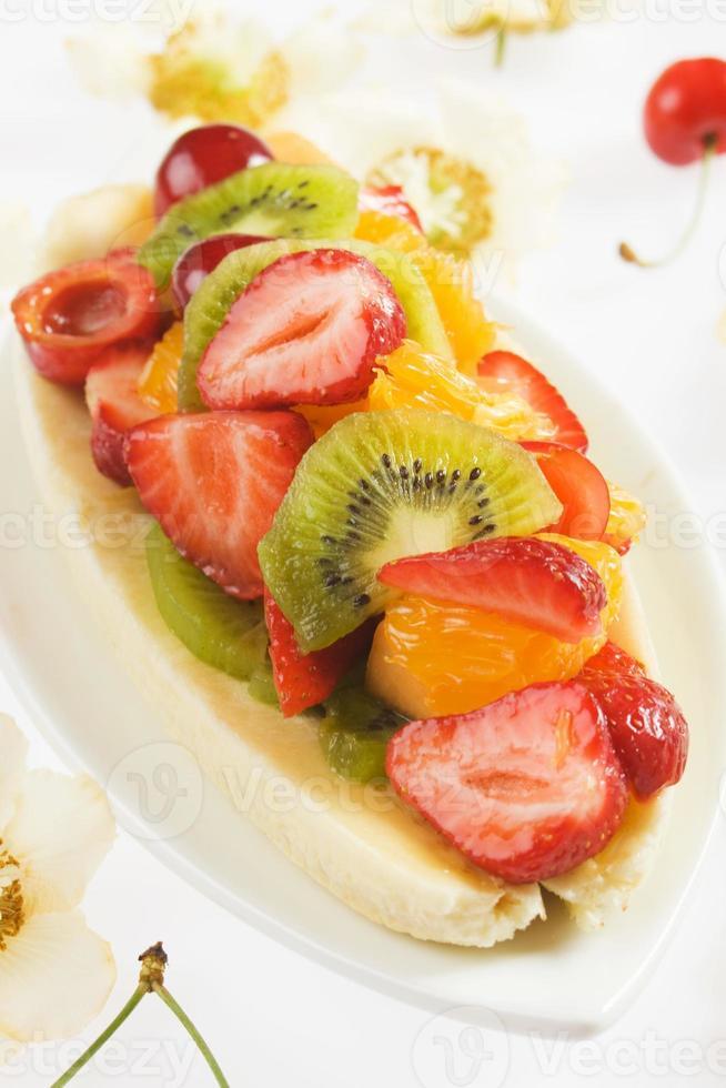 banana split com frutas frescas foto