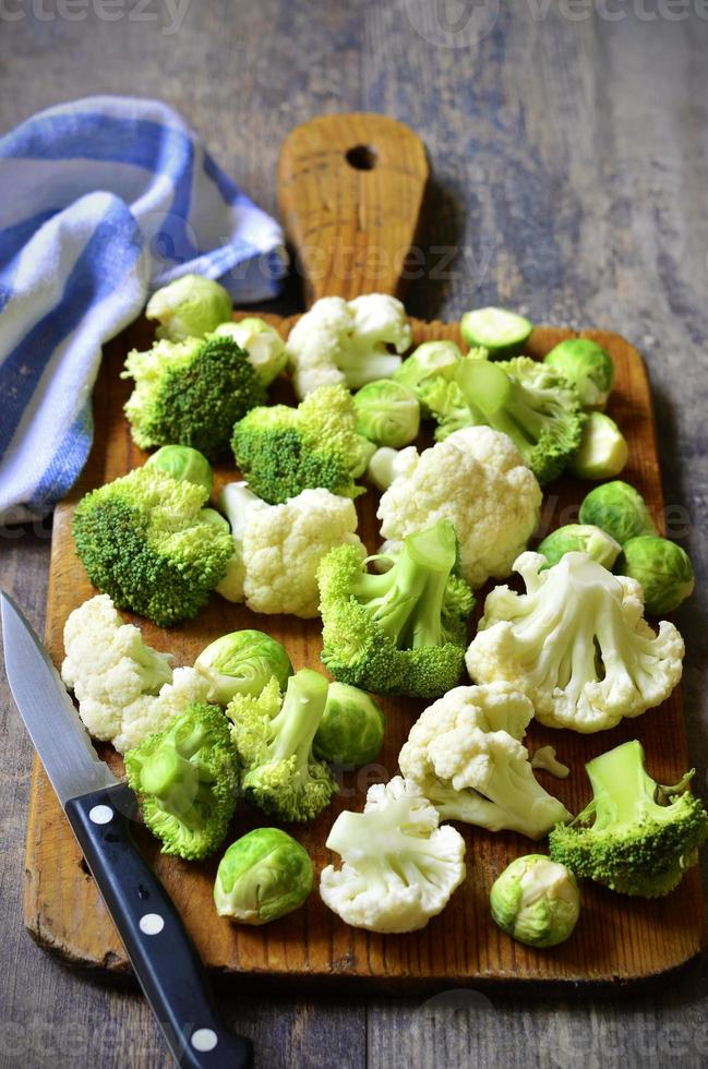 couve de bruxelas, brócolis e couve-flor. foto