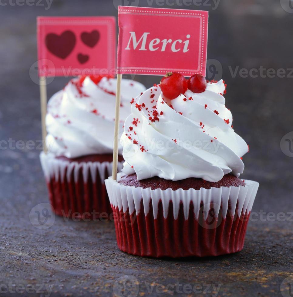 cupcakes festivos de veludo vermelho com um cartão de presente foto