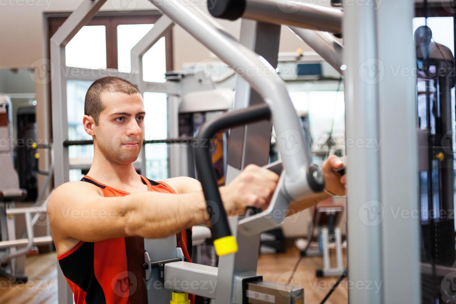 homem treinando em um clube de fitness foto