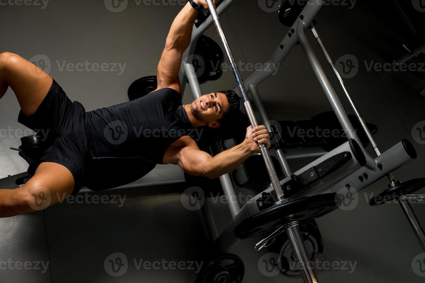 visão aérea do jovem levantamento de peso foto