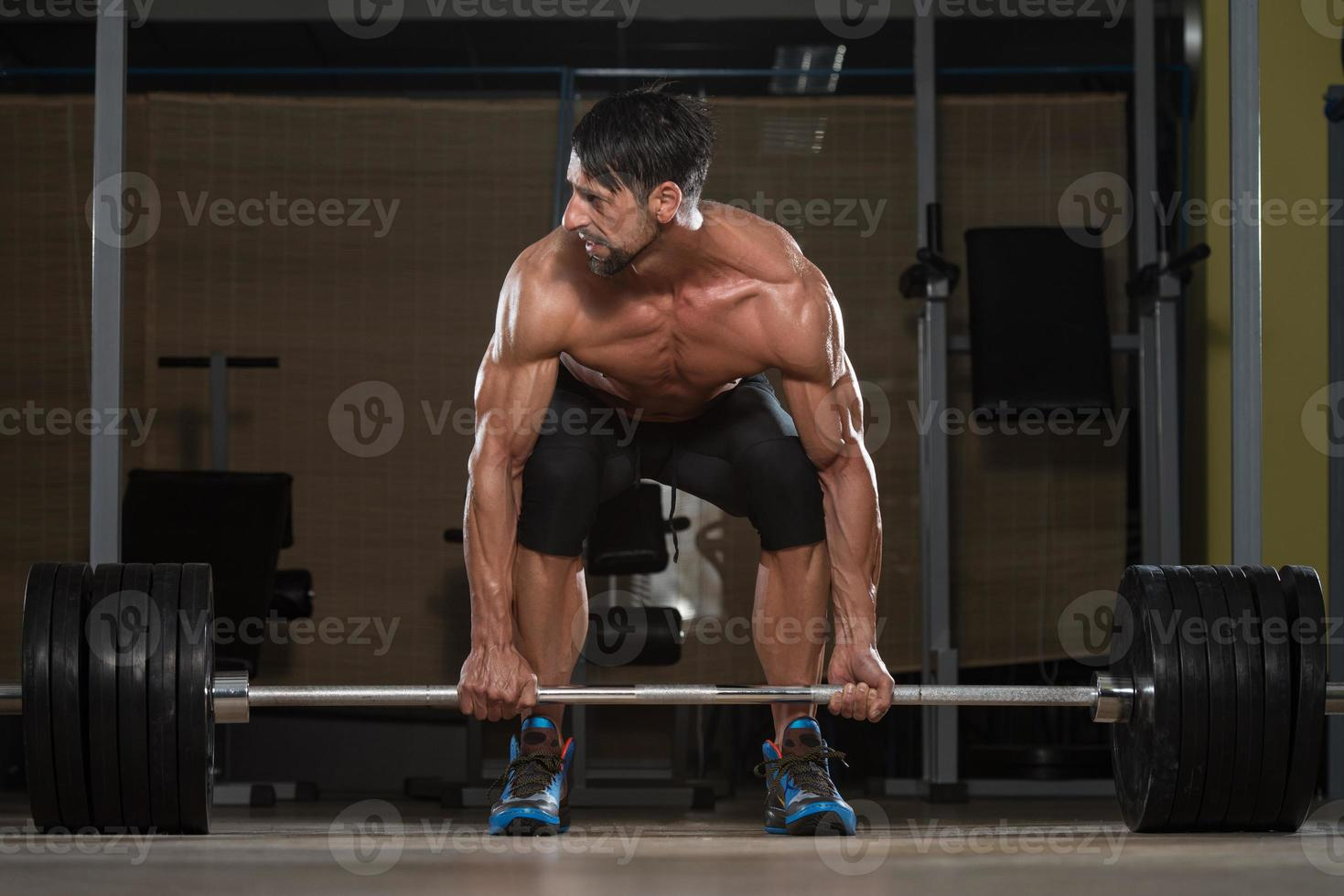 fisiculturista fazendo levantamento terra para as costas foto