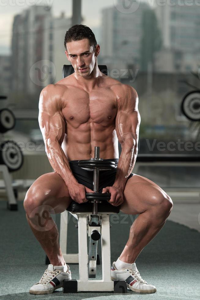 jovem malhando bíceps foto