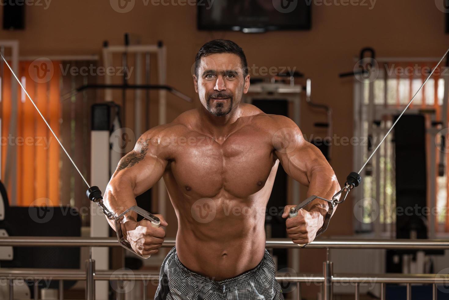 fisiculturista exercitar peito foto