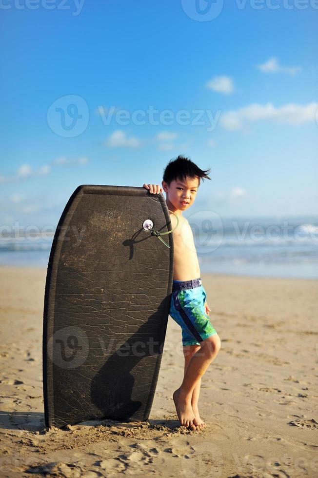 menino bonito da praia foto