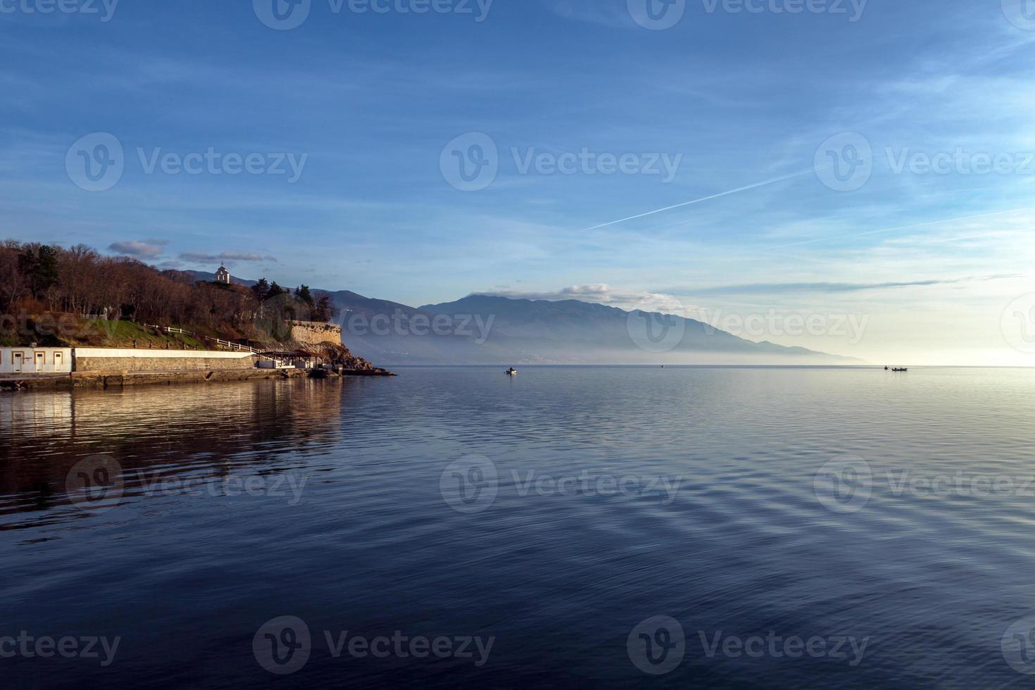 paisagem da vila com o mar foto