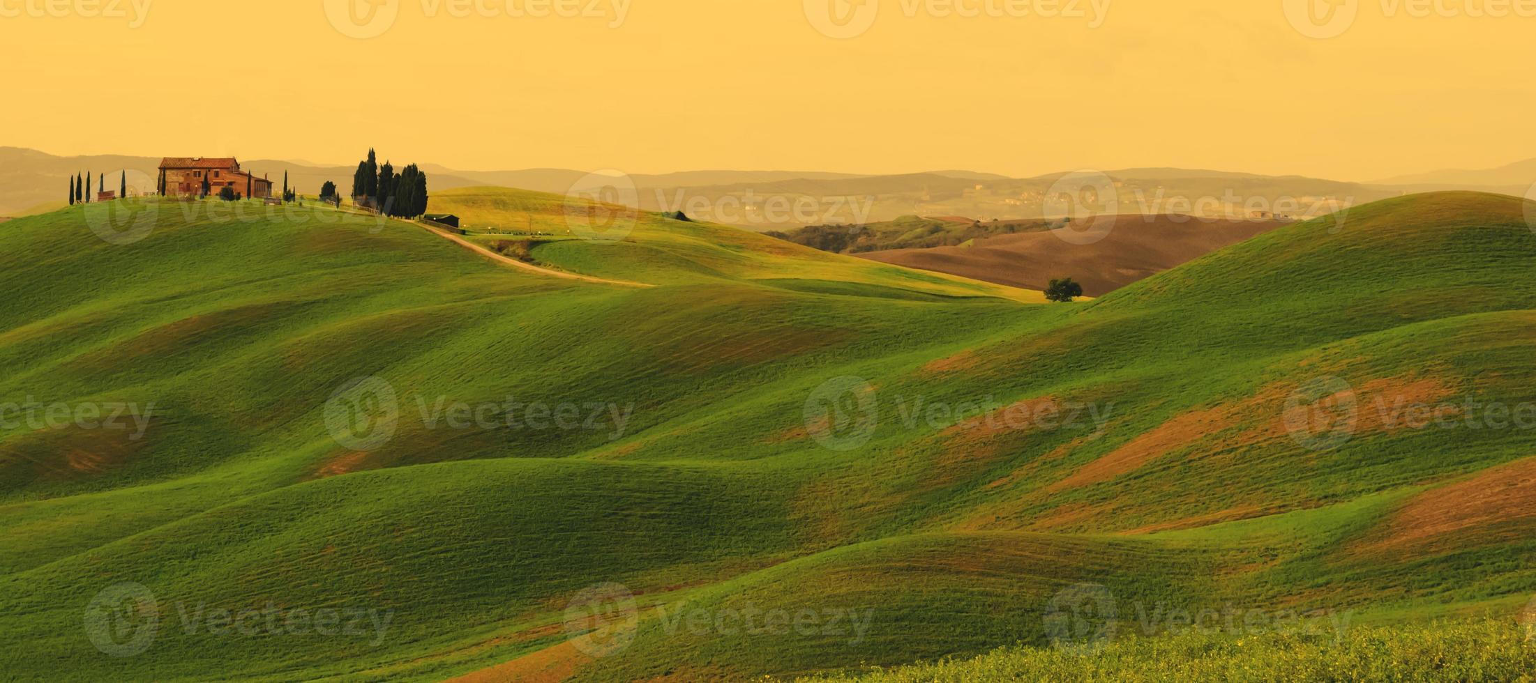 pôr do sol na paisagem da Toscana foto