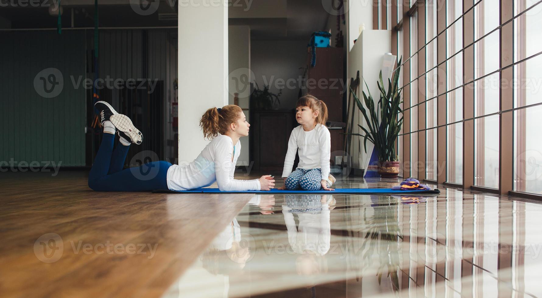 família encantadora passa o tempo na academia foto