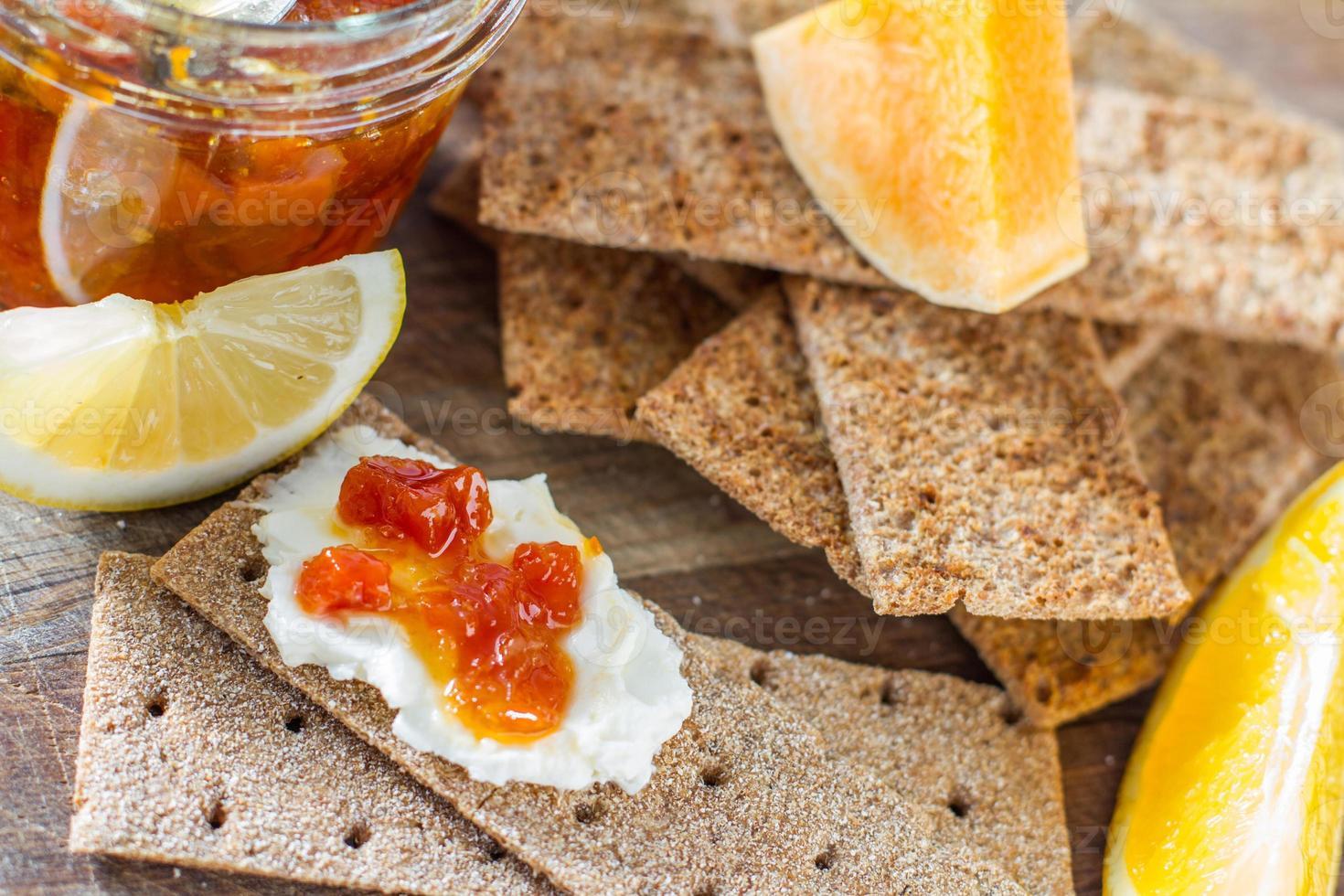 pão torrado, fatias de abóbora, laranja e limão foto