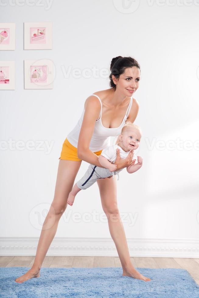 mãe e bebê saudáveis fazendo ginástica foto