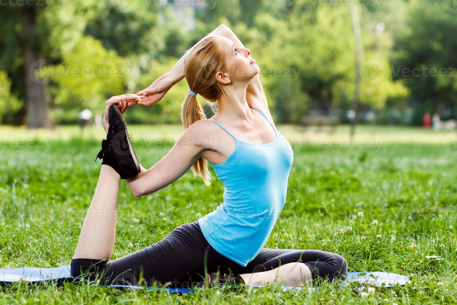 yoga-eka pada rajakapotasana / pose de pombo foto