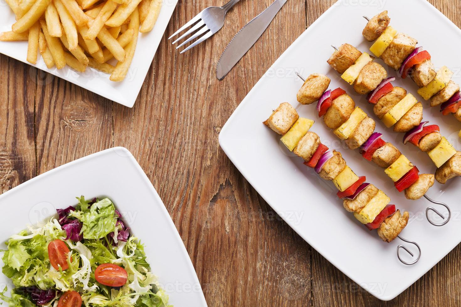 espetos de frango grelhado com abacaxi, pimentão e cebola foto