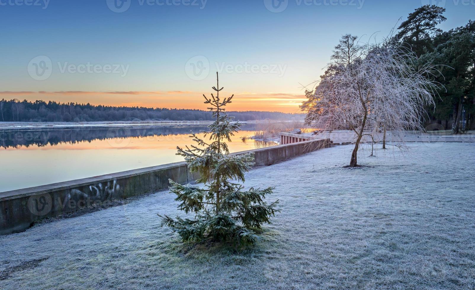 paisagem ribeirinha colorida ao nascer do sol foto