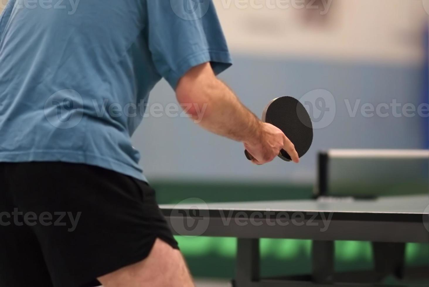 jogador de tênis de mesa esperando a bola foto