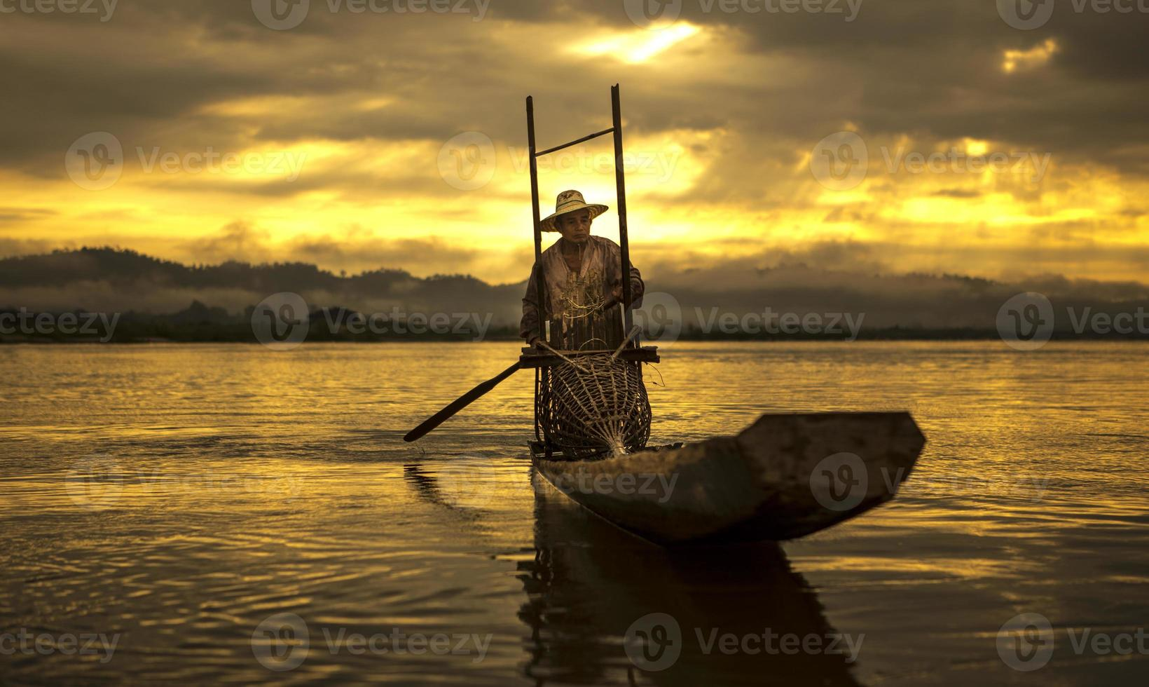 pescador no barco captura de peixe foto