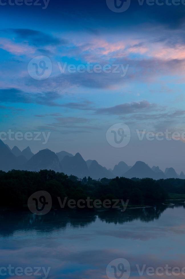 paisagem e reflexão da montanha do carste foto