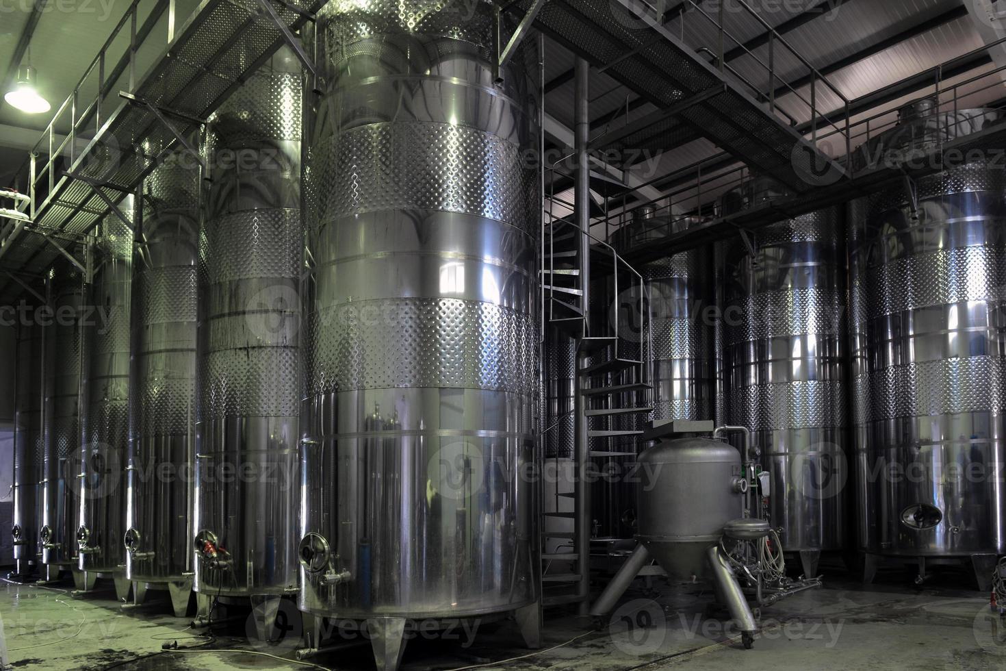 cubas de vinho de aço inoxidável seguidas foto