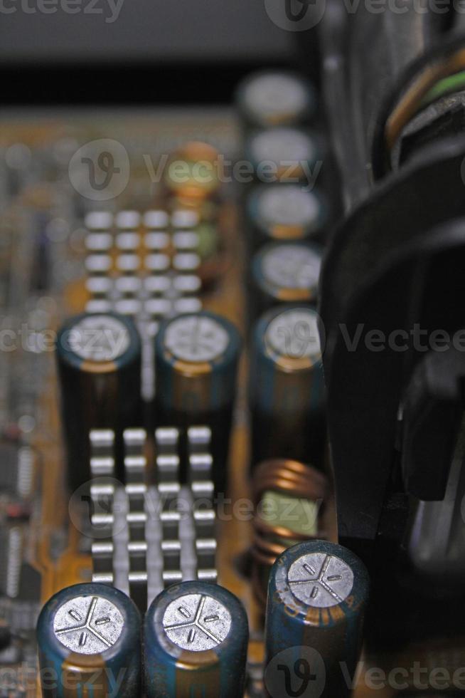 capacitores em uma placa de circuito, placa-mãe do computador foto