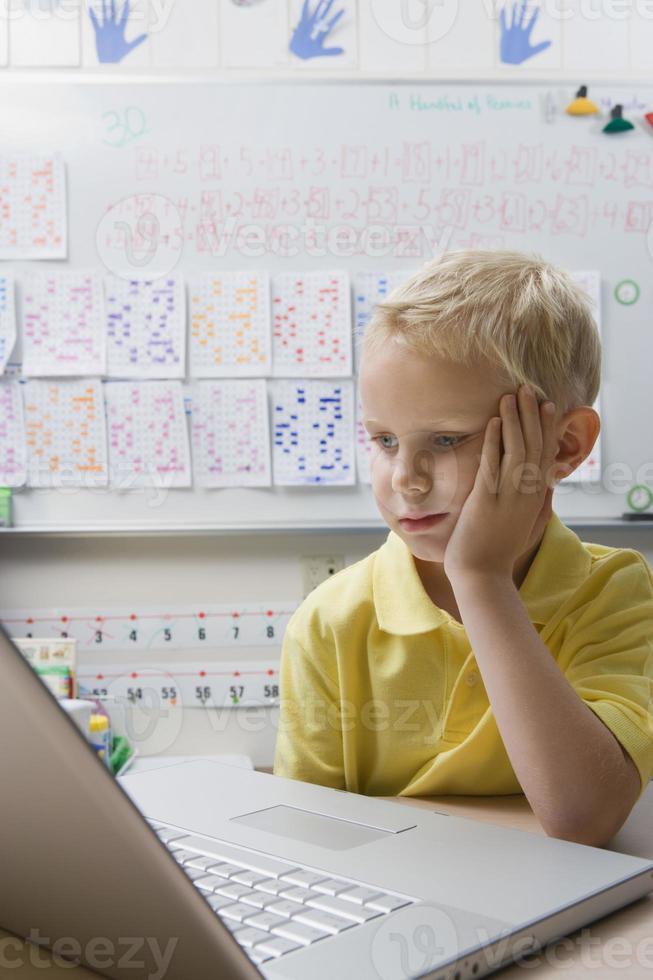 estudante usando um laptop foto