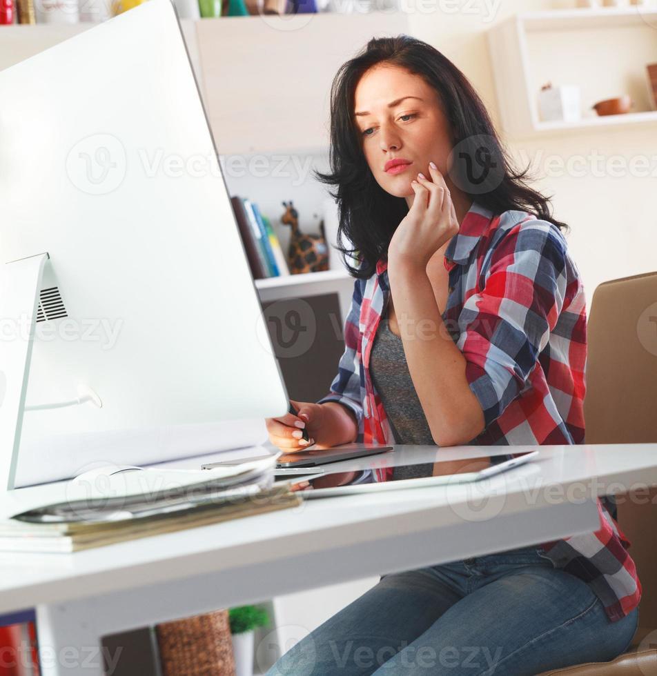 designer trabalhando em casa foto