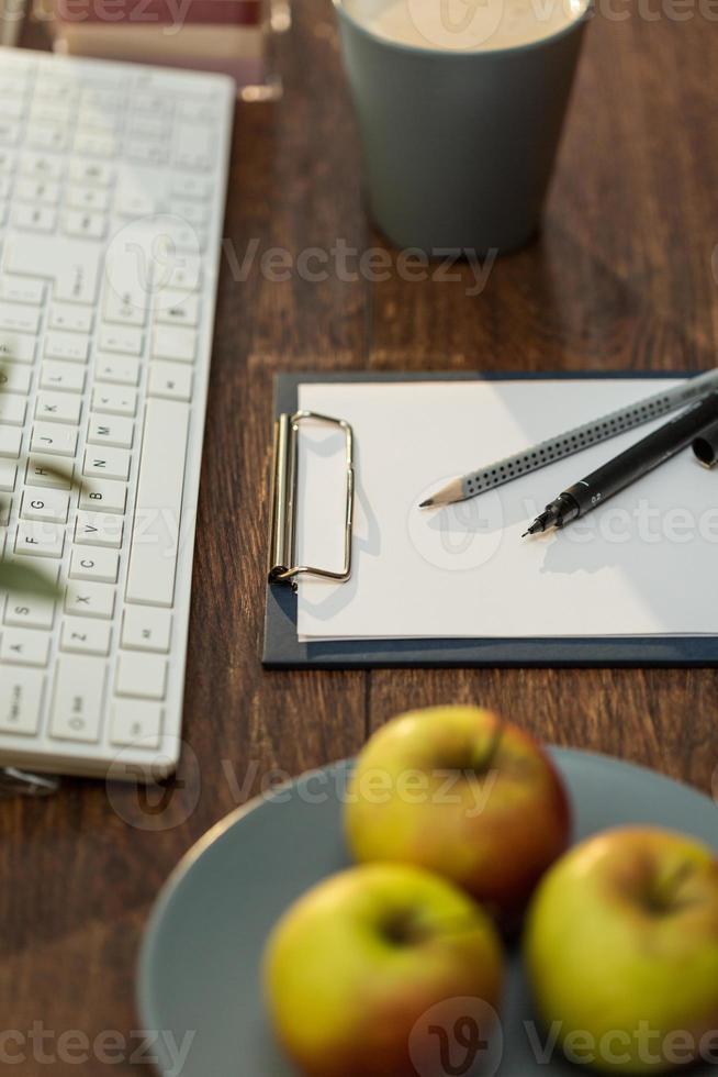 maçãs suculentas no local de trabalho foto