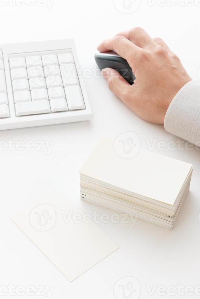 cartão de visita em cima da mesa foto