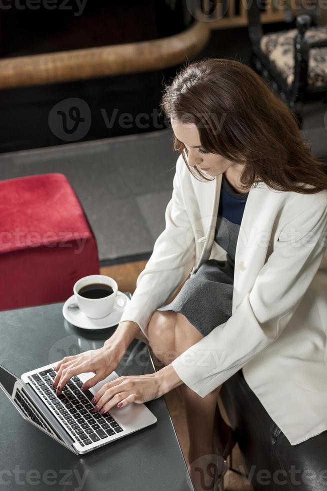 mulher de negócios no laptop foto