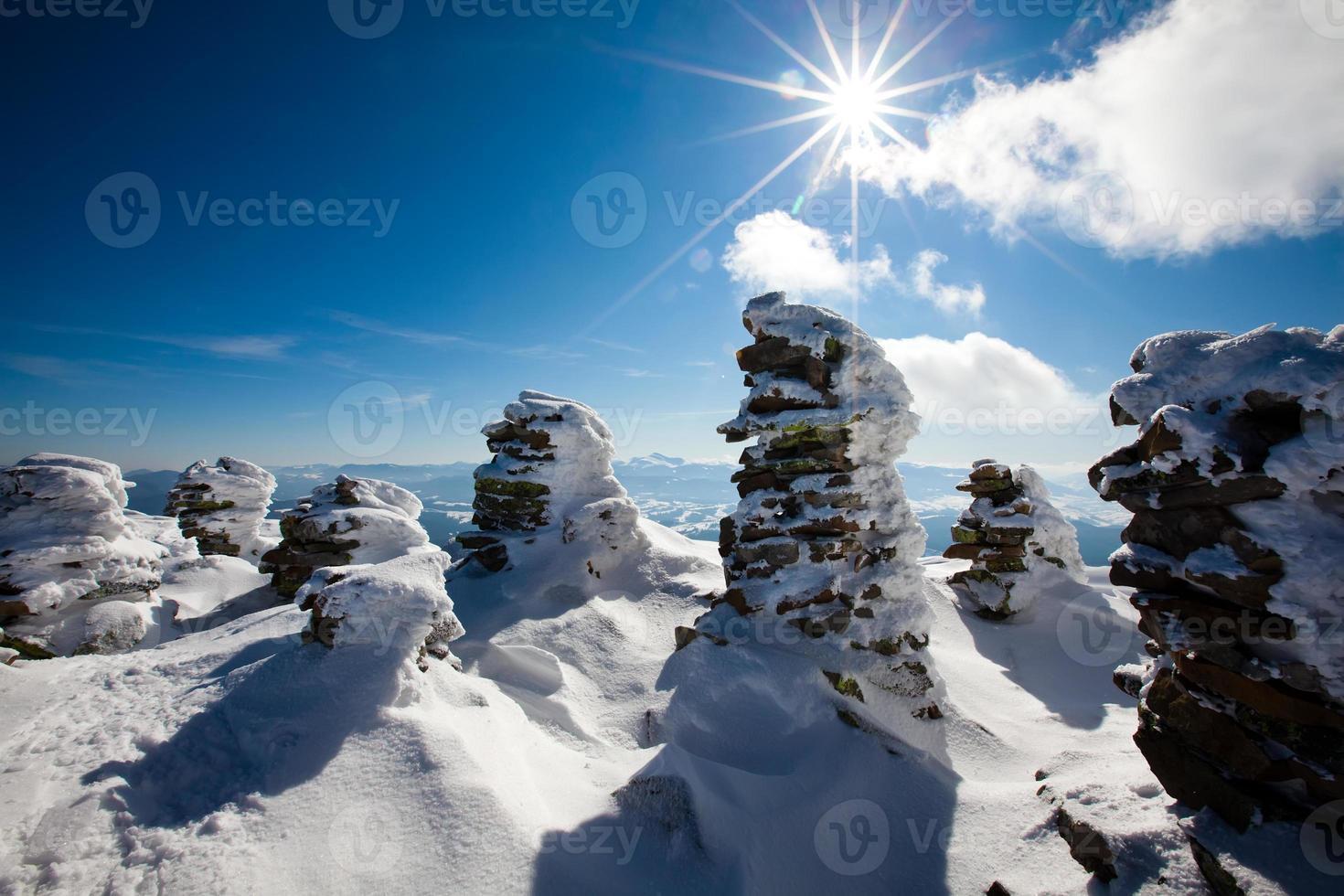 montanhas de inverno dos Cárpatos foto