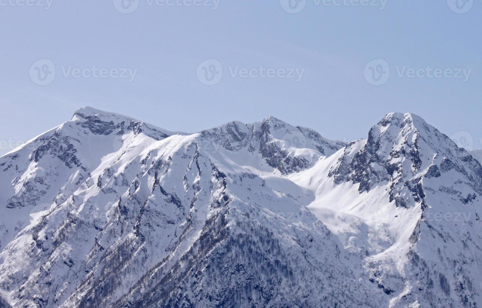 montanhas caucasianas no inverno foto