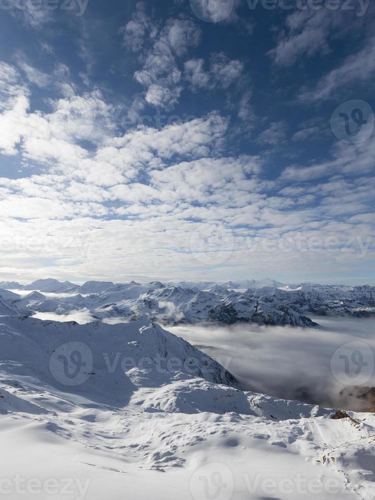 altas montanhas no inverno foto