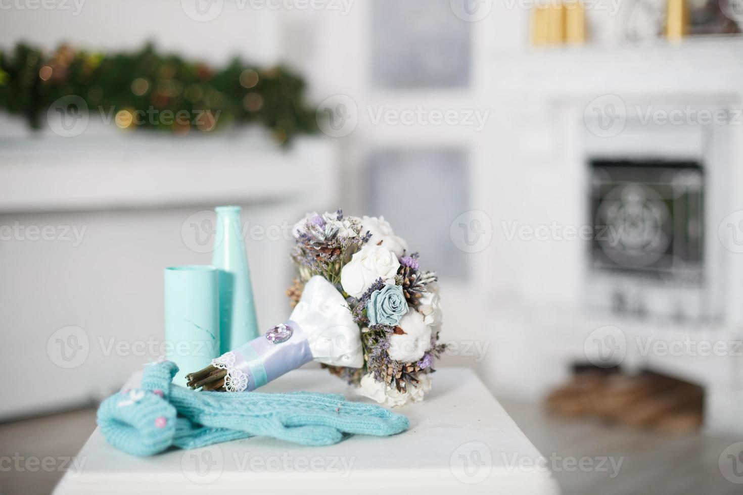 buquê de casamento de inverno com luvas. foto