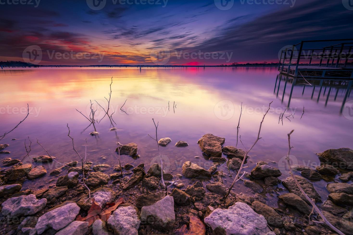 nascer do sol de inverno sobre o lago benbrook foto