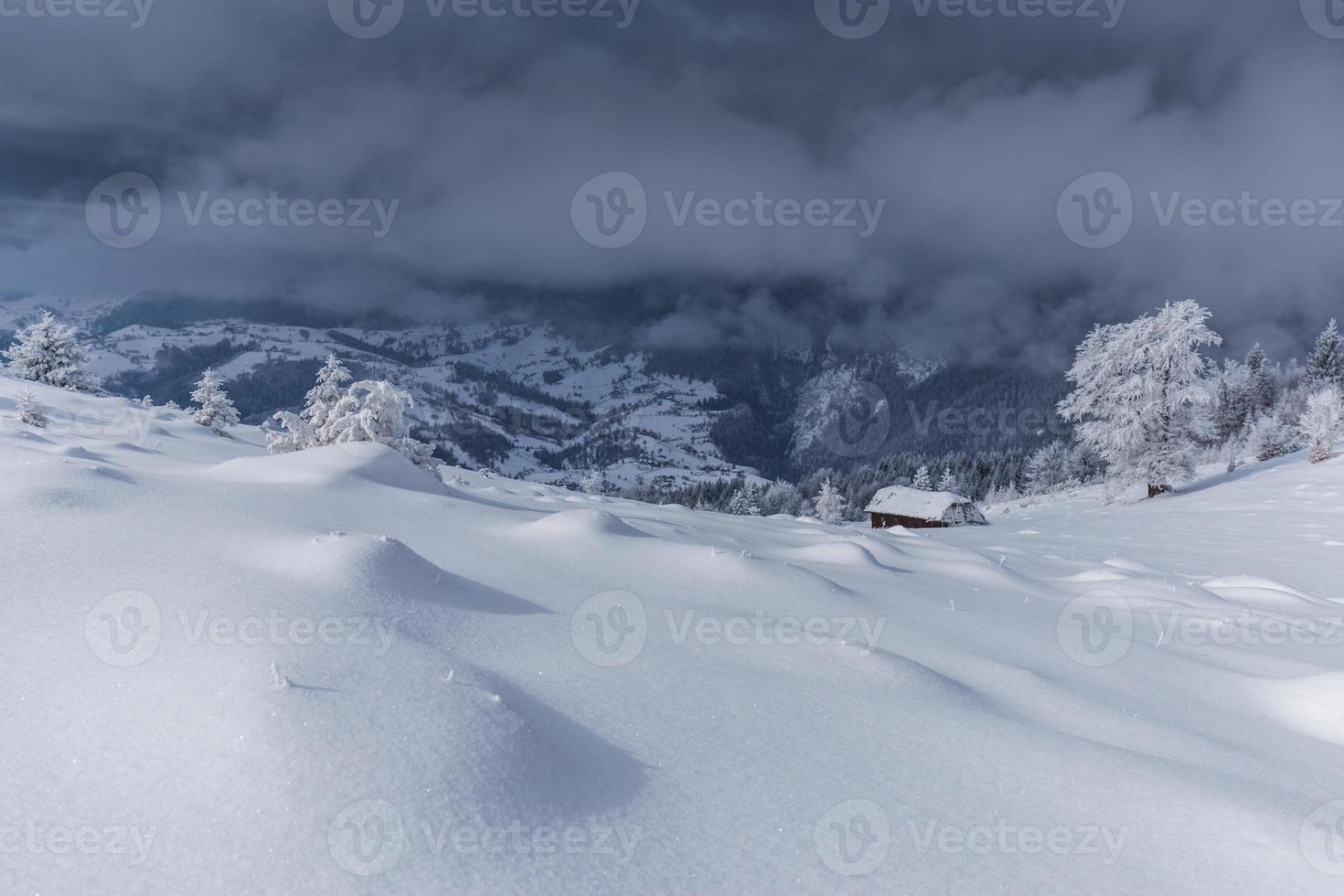 paisagem de inverno nas montanhas foto