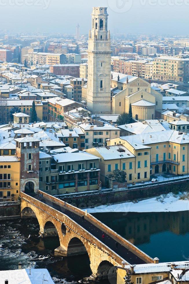 ponte pietra no inverno, verona foto