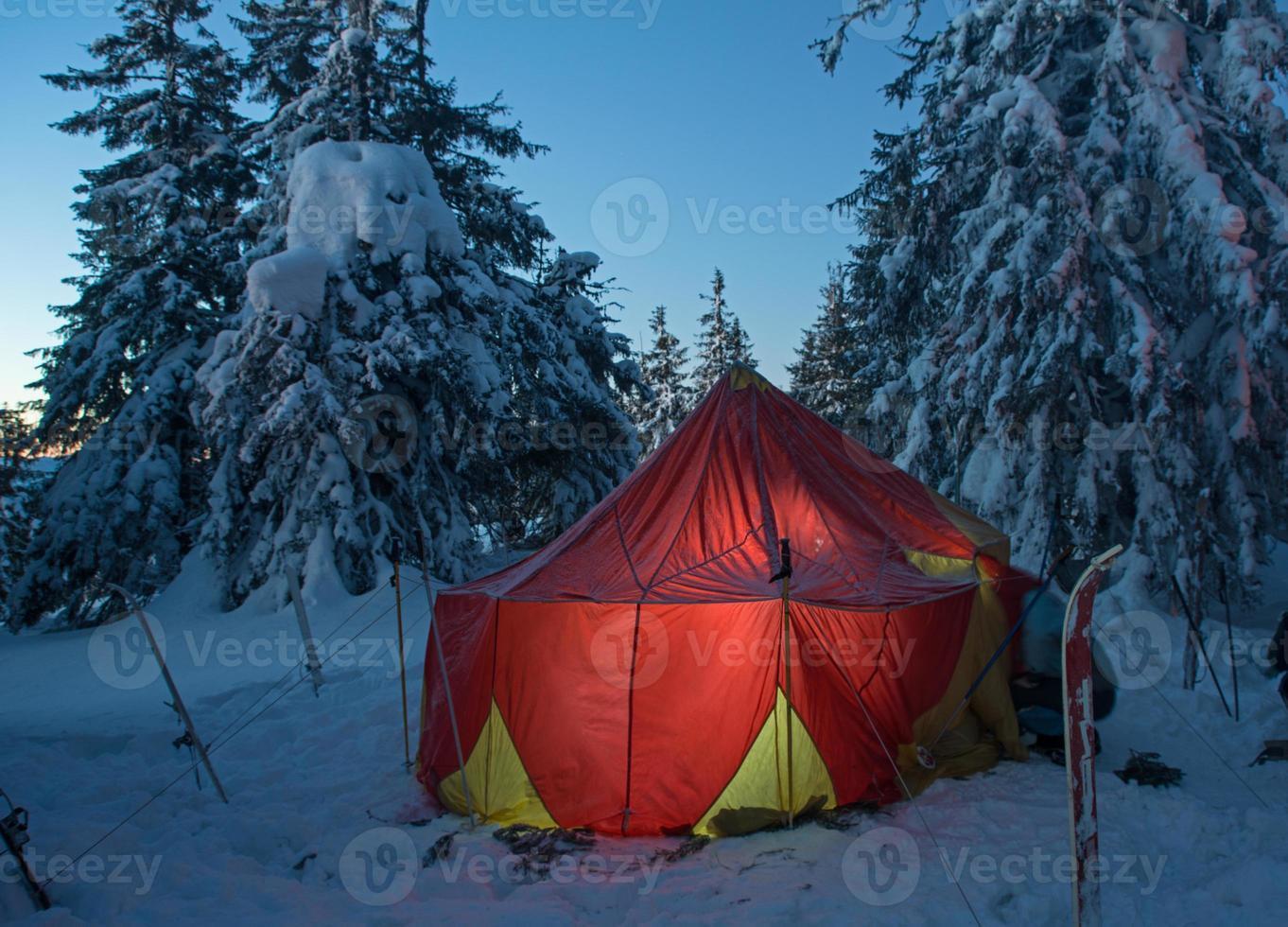 floresta de inverno e tenda iluminada foto