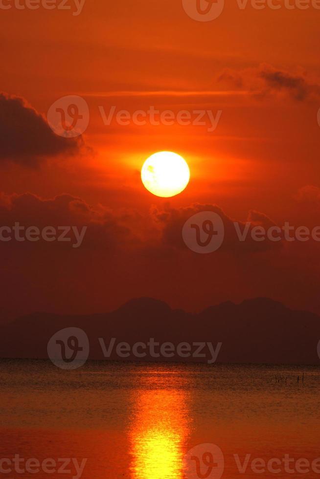 pôr do sol do lago foto