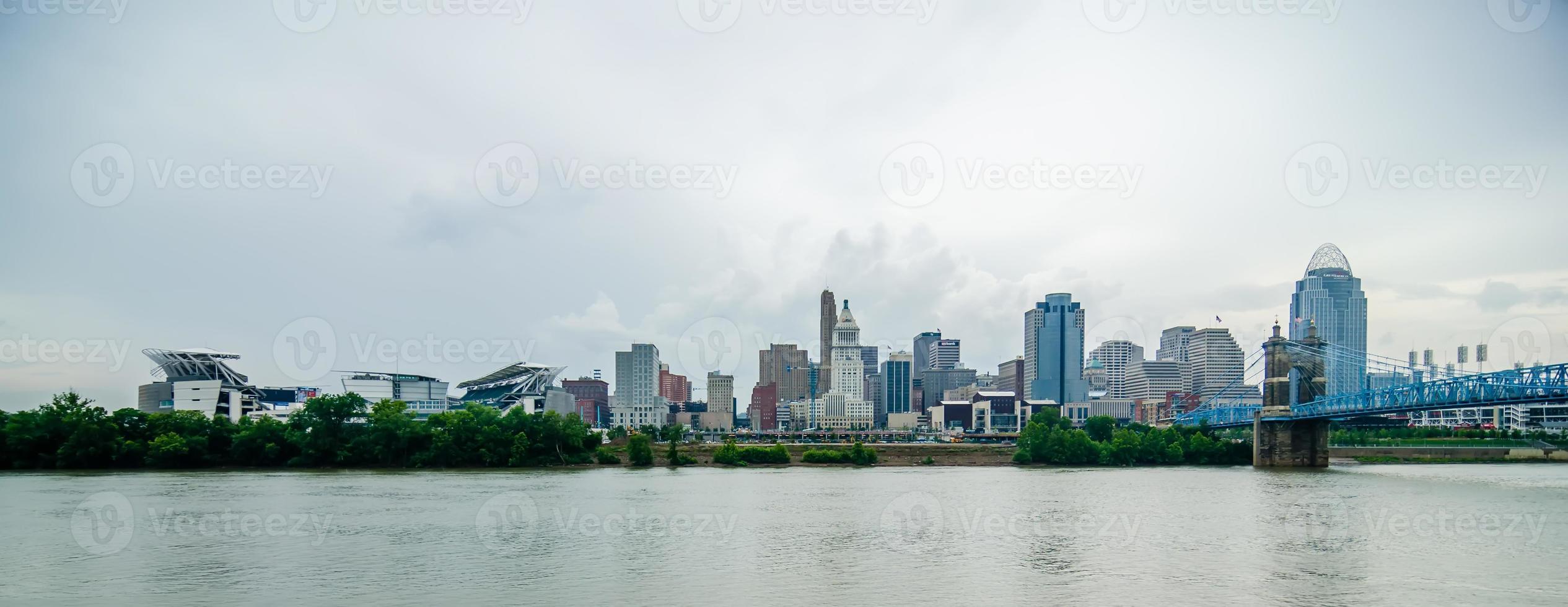 skyline de cincinnati e histórico john a. ponte suspensa de roebling foto