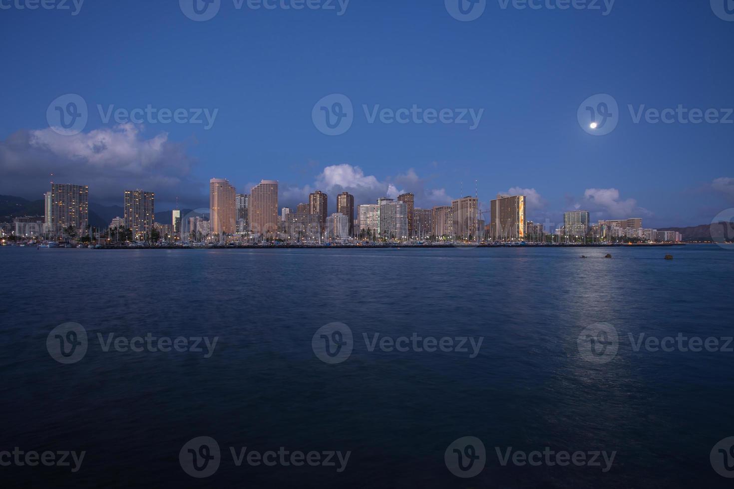 skyline de honolulu com beira-mar ao pôr do sol, Havaí foto