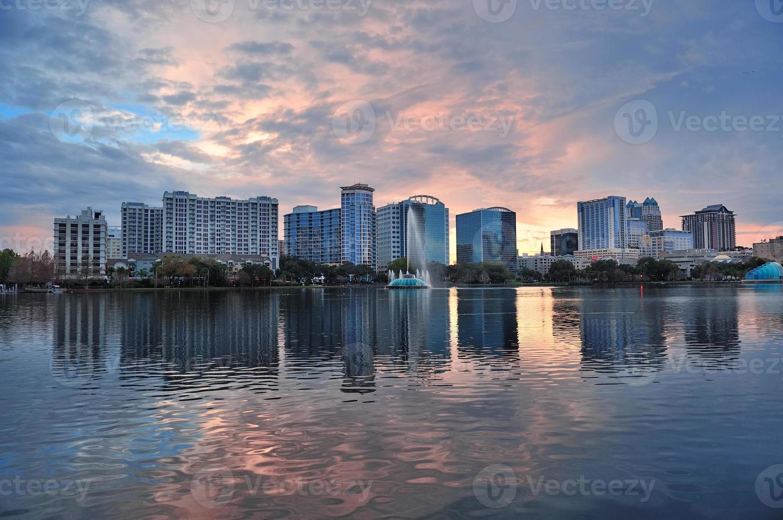 orlando pôr do sol sobre o lago eola foto