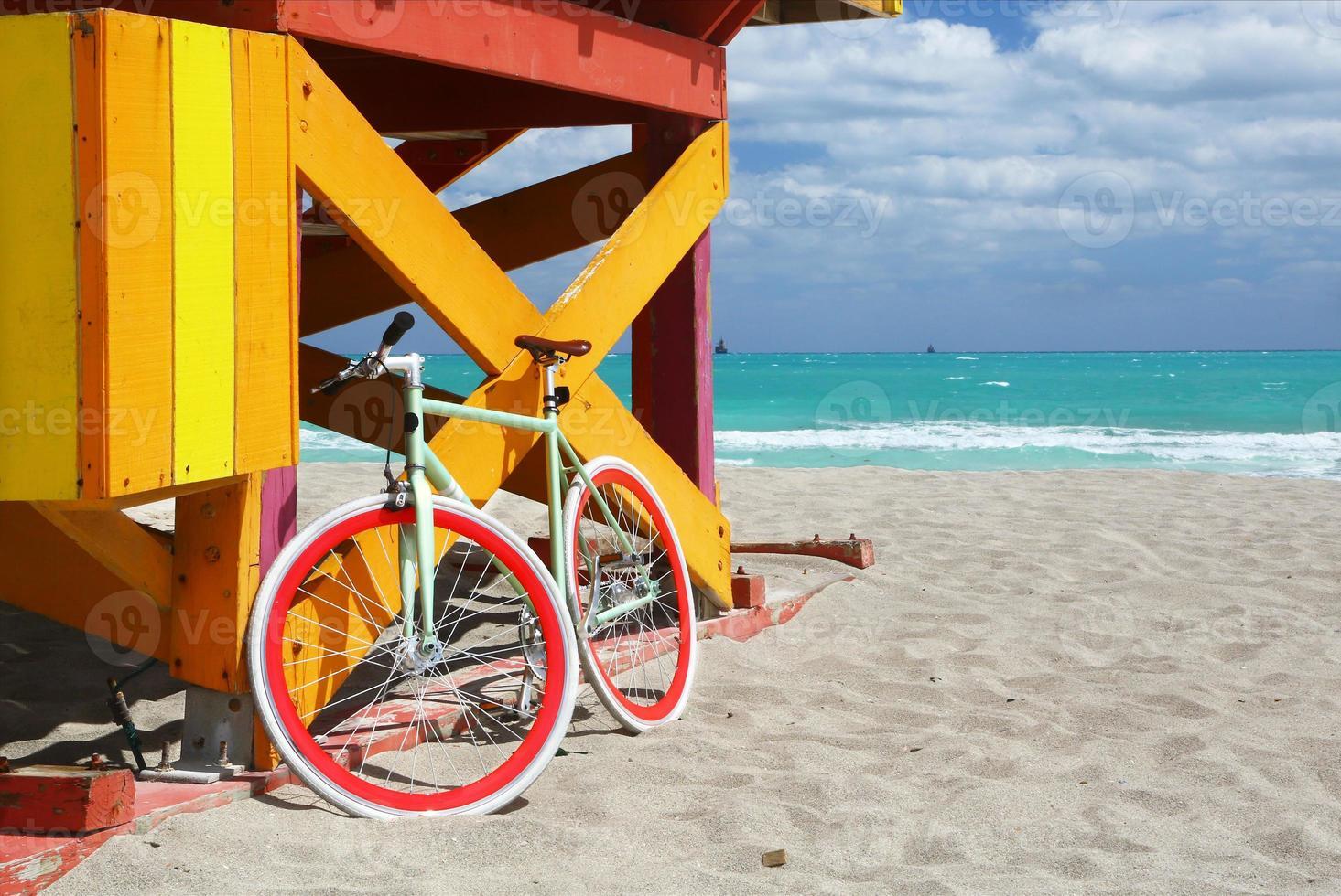 estação de bicicleta e salva-vidas em miami beach foto