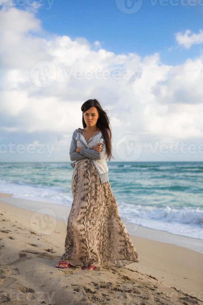 garota com raiva na praia foto