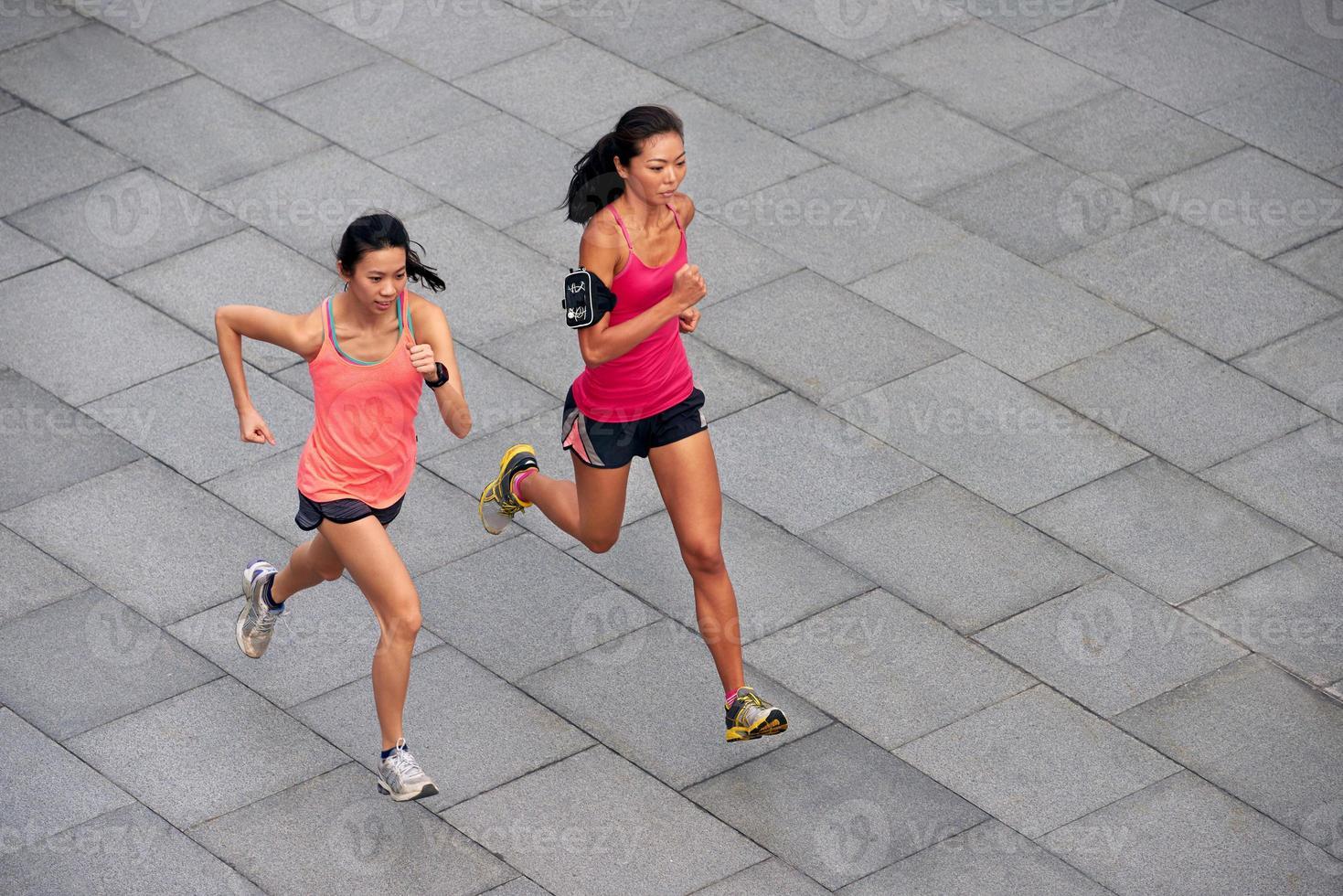 mulheres de fitness correndo foto