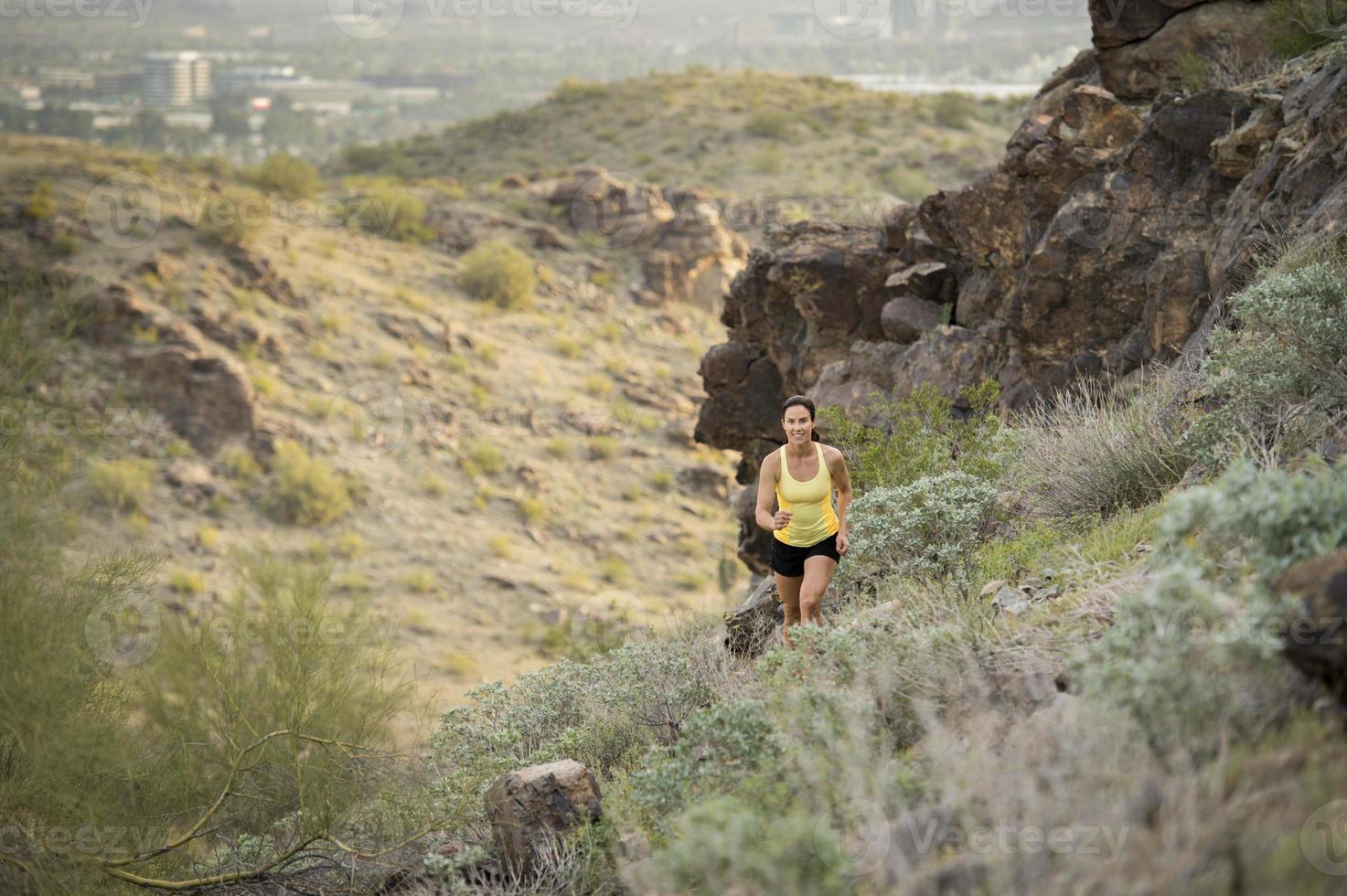 corrida em trilha no deserto foto