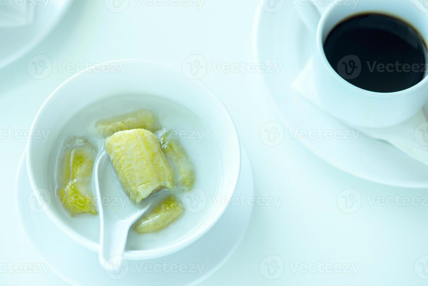 banana com leite de coco, doce de banana amarela coberta foto