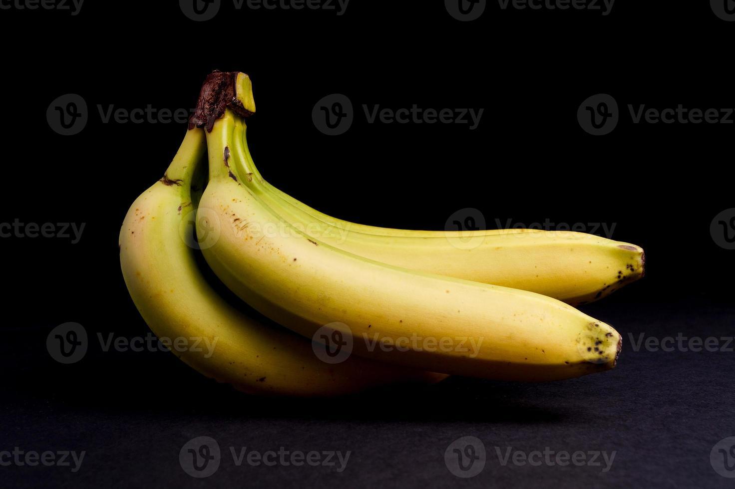 cacho de bananas orgânicas maduras foto