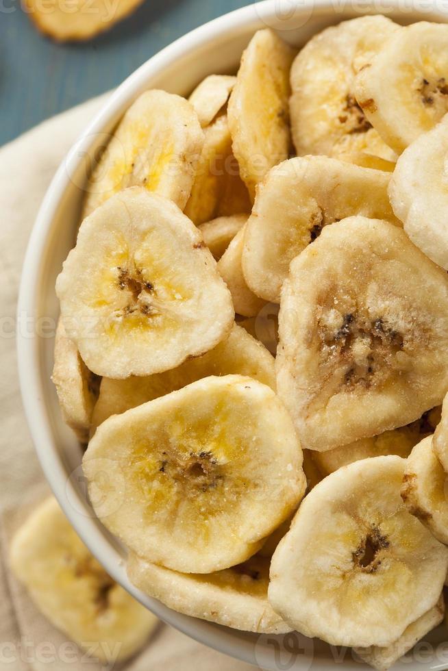 chips de banana desidratados caseiros foto