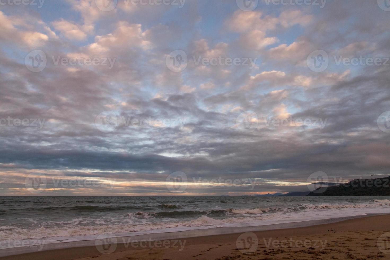 praia tropical no inverno com nuvens dramáticas foto