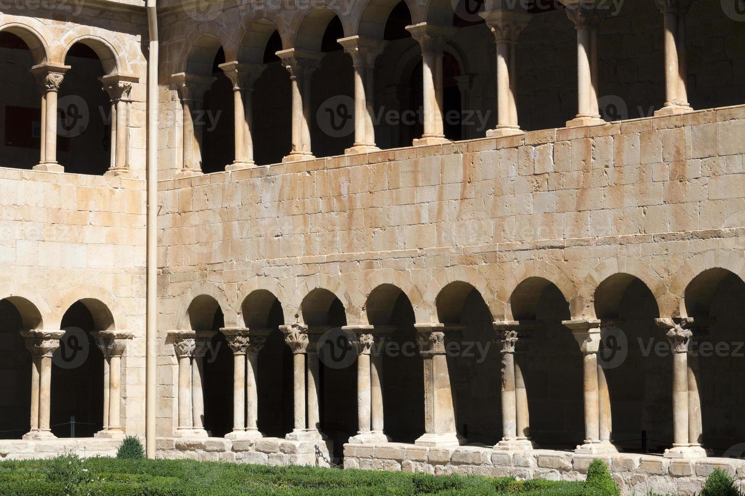 claustro românico de santo domingo de silos, espanha foto
