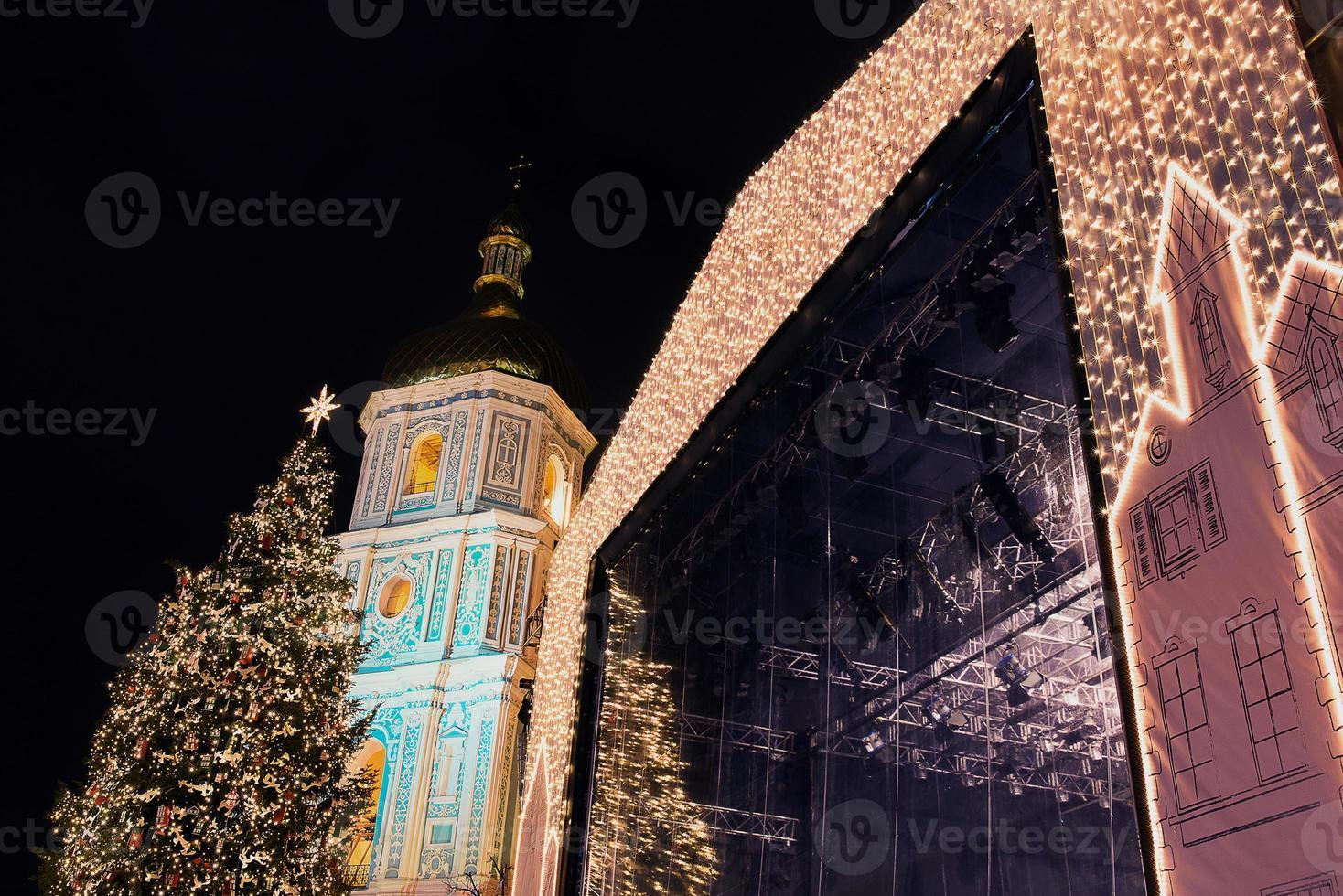 Catedral de Sophia e decorações de Natal à noite em Kiev Ucrânia foto