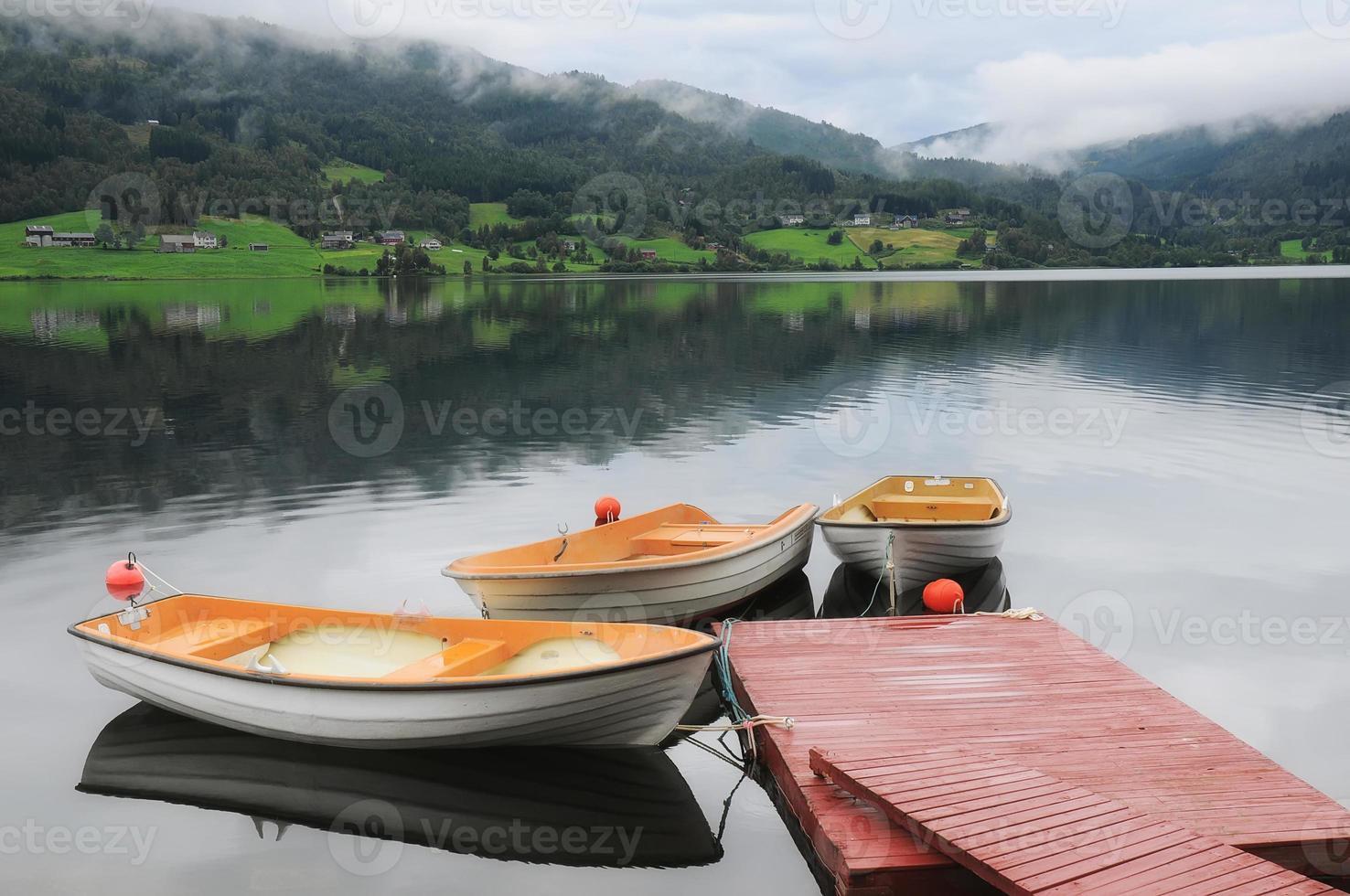 barcos noruegueses do lago foto